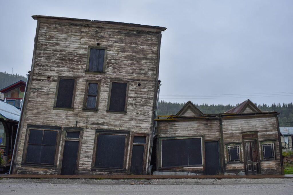 Manch ein Gebäude in Dawson City ist durch das Auftauen des Permafrostbodens abgesackt. Foto Barbora.Martinakova / Deposit