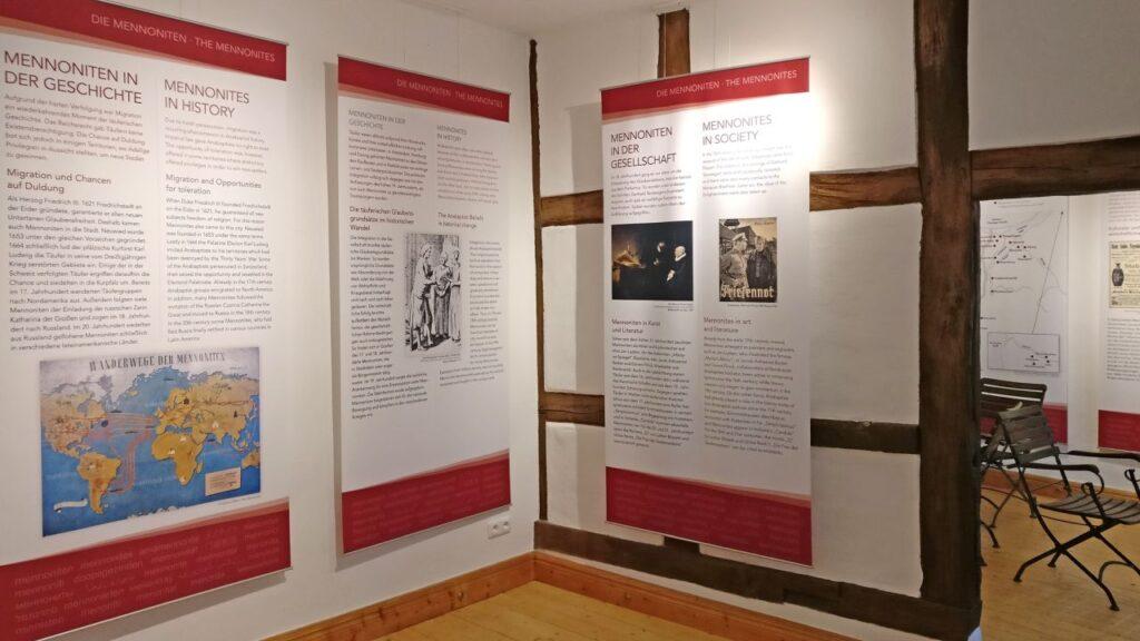 Ein Blick in das Innere der Gedenkstätte Menno-Kate, hier wird die Geschichte der Mennoniten dokumentiert. Foto https://mennokate.de