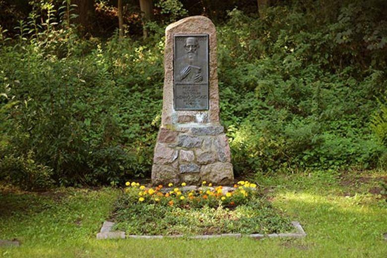 Der Menno-Simons-Gedenkstein im Garten der Gedächtnisstätte Menno-Kate. Foto mennokate.de
