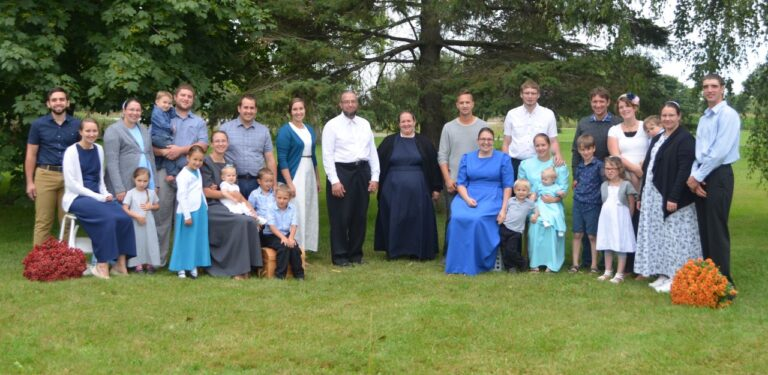 Paul Jantzi mit Ehefrau (Bildmitte) mit seinen Kindern und Kindeskinder. Foto Jantzi Family