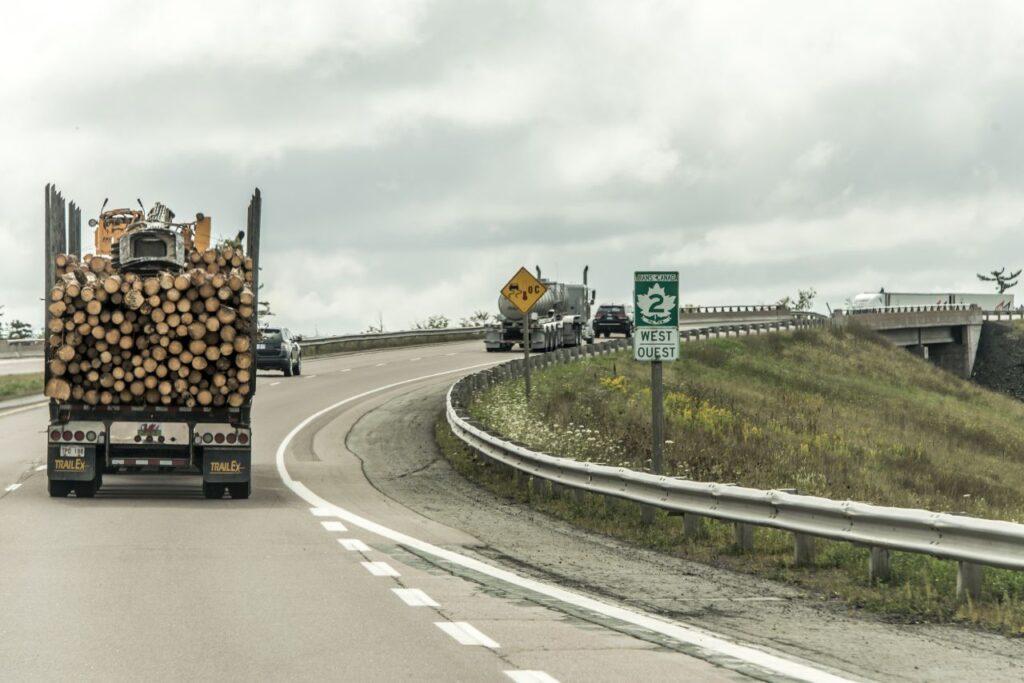 Der Trans-Canada Highway, wie hier in der Provinz Québec, ist die Lebensader Kanadas. Foto donogl / Deposit