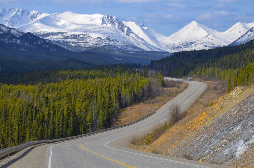 Ein Blick auf den Alaska Highway, einstmals Militärstraße, heute touristisches Highlight auf dem Weg von British Columbia nach Alaska. Foto TReinhard / Deposit