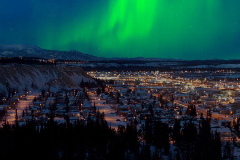 Highways im Yukon - Winterimpression: Nordlichter über Whitehorse, der Hauptstadt des Yukon Territory. Foto PiLens / Deposit
