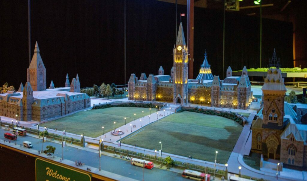 Die Gebäude am Parliament Hill in Ottawa bestehen aus 20.000 einzeln angestrichenen Ziegelsteinen, die von Hand in über 3.000 Stunden zusammengesetzt wurden. Foto LittleCanada.ca