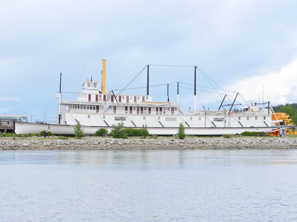 Ein majestätisches Zeichen ihrer Zeit, der historische Heck-Schaufelrad-Dampfer S.S. Klondike an ihrem Liegeplatz in Whitehorse. Foto apr